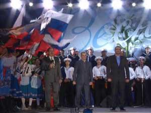 Тысячи севастопольцев вышли на главную площадь