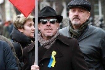 Они удостоились столь резкого эпитета за то, что записали в поддержку Донбасса ролик с песней военных лет «Давай закурим товарищ по одной». Видео заканчивается словами «Держись Донецк, мы с тобой!»