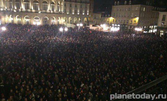 Тысячи французов вышли на площади страны после убийства сотрудников Charlie Hebdo