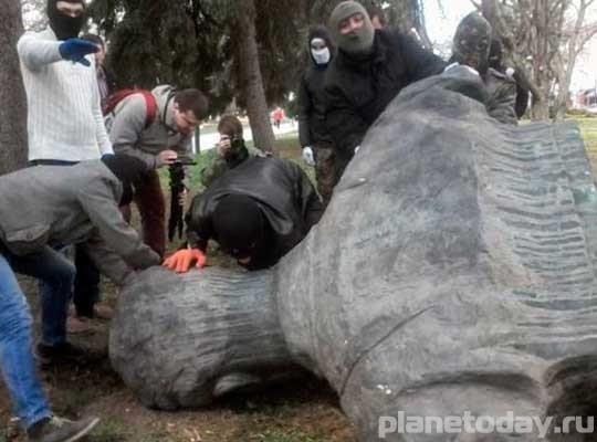 Черниговские националисты уничтожили бюст Коцюбинского