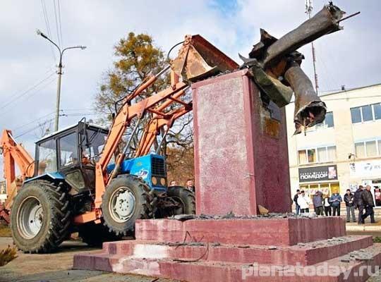 Украинские фашисты сносят памятники и жгут книги
