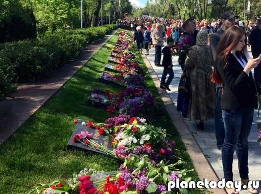 В Одессе на празднование Дня Победы собрались тысячи горожан с цветами