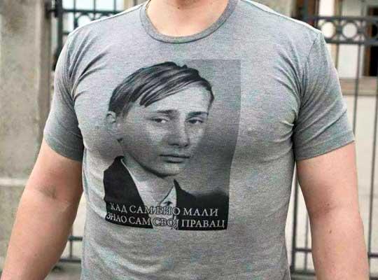 В Белграде рисуют свои футболки с Путиным