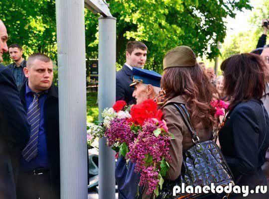 9 мая: Киевляне вышли с Георгиевскими лентами вопреки запрету Порошенко
