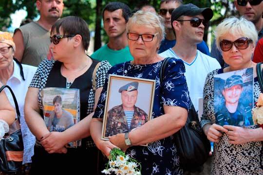 Тысячи луганчан пришли на открытие памятного знака «Погибшим от авиаудара 2 июня»