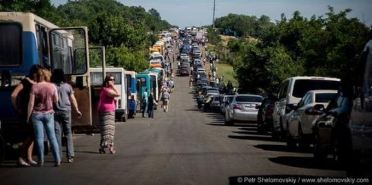 Жители ДНР вынуждены более суток ждать в километровых очередях выезда на Украину