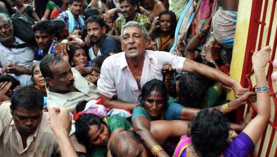 Число погибших во время давки на празднике в Индии возросло до 27