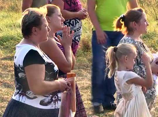 Жители села во Львовской области молятся на божественный стеклопакет
