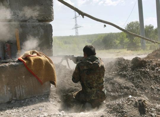 Местные жители сообщают, что слышат крупнокалиберные пулемёты и выстрелы танков, в домах дрожат стены.