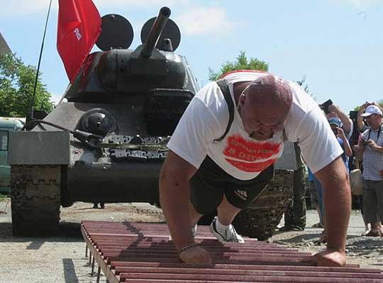 Силач Иван Савкин сдвинул с места 37-тонный танк
