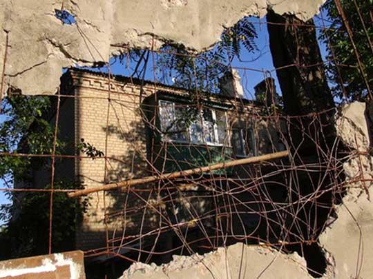 Украинские военные обстреливают донецкий Докучаевск
